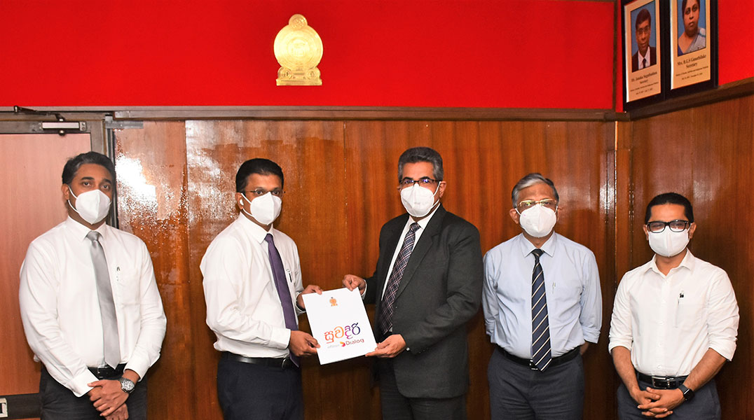 Supun Weerasinghe, Group Chief Executive, Dialog Axiata PLC exchanging the MOU with Dr. S.H. Munasinghe, Secretary, Ministry of Health